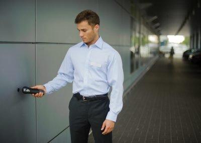 Pracownik agencji ochrony Omega Security podczas pracy