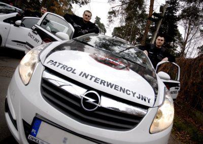 Omega Security - patrol interwencyjny agencji ochrony w Warszawie podczas pracy w terenie